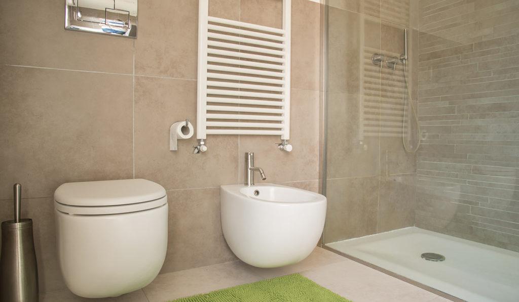 Badezimmer mit großer Dusche und Duschabtrennung aus Glas