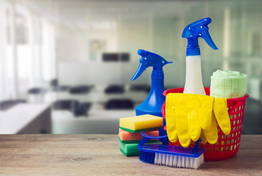 Putzmaterialien und Reinigungsmittel auf Theke
