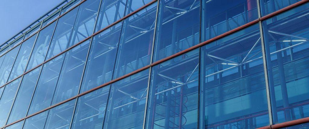 Sonnenschutzfolie an einem Bürogebäude.