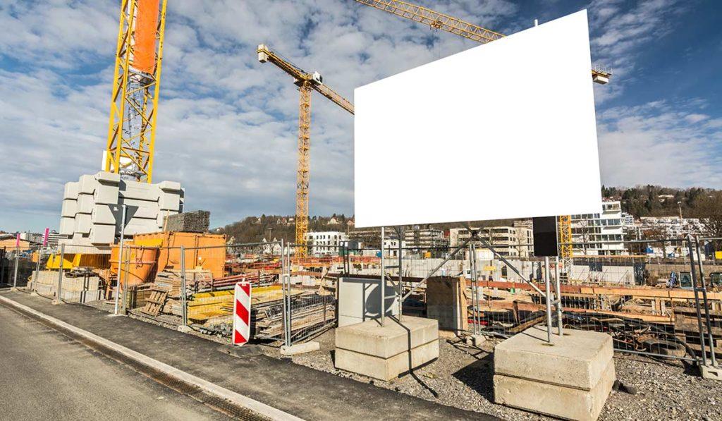 Bauschild als Werbefläche auf einer Baustelle.