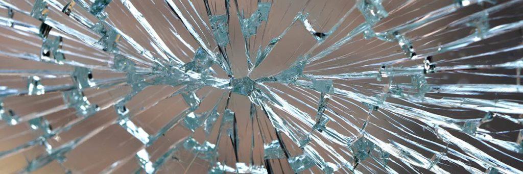 Kaputte Fensterscheibe nach Schlag