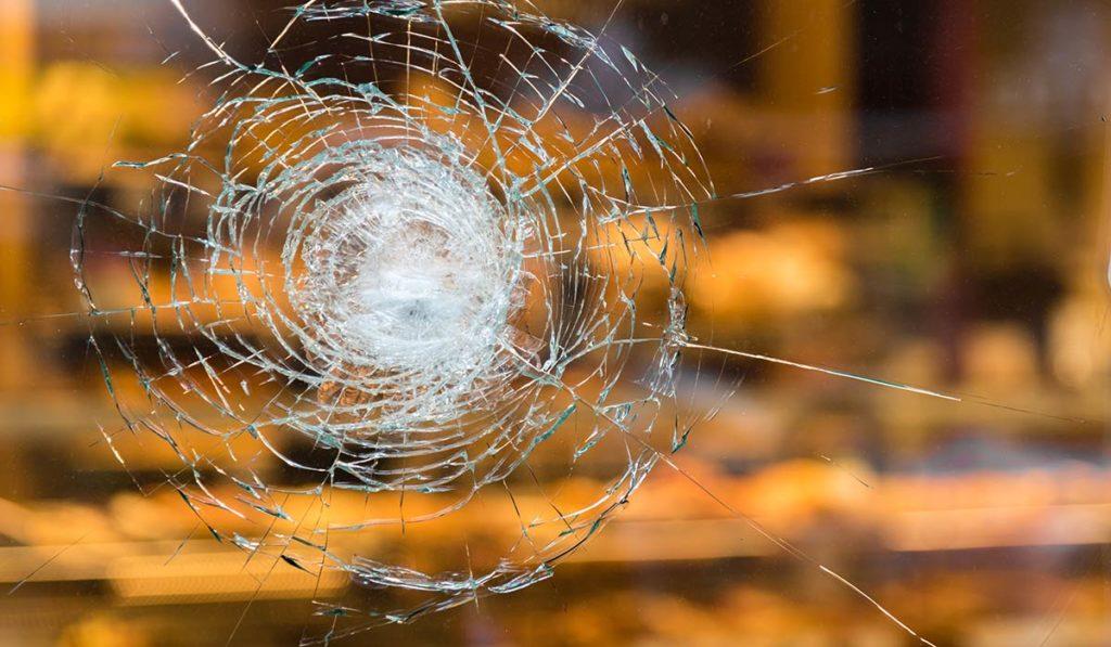 Glas mit Sicherheitsfolie gesplittert nach versuchtem Einbruch