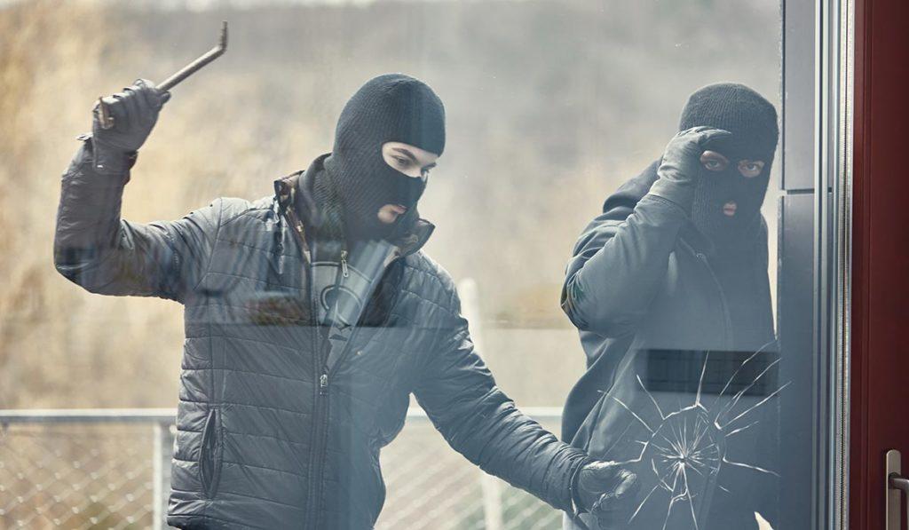 Einbrecher schlagen Scheibe mit Einbruchschutzglas ein