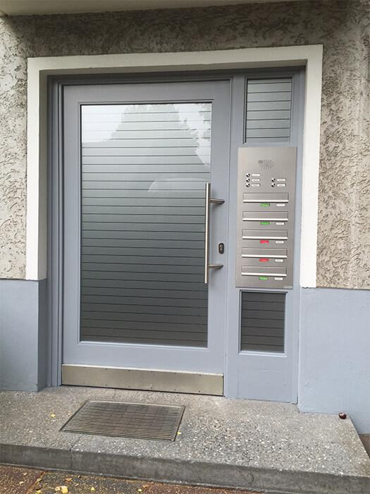 Eingangstür mit neuer Verglasung und Foliengestaltung