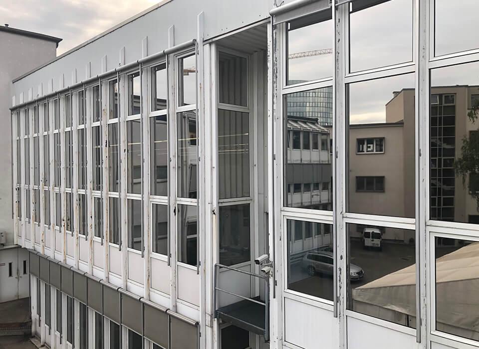 Fabrikhalle mit Sonnenschutzfolien