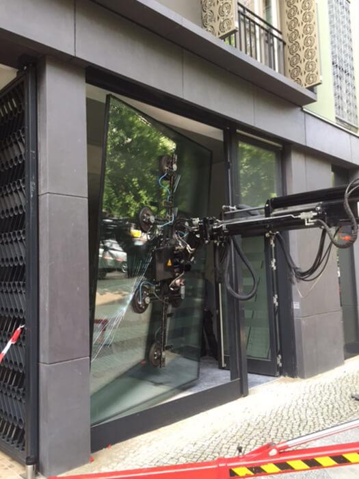 Schaufensterverglasung mit Saugbatterie 1