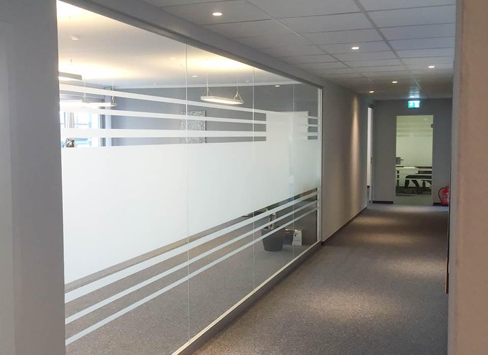 Bürogang mit folierten Glaswänden