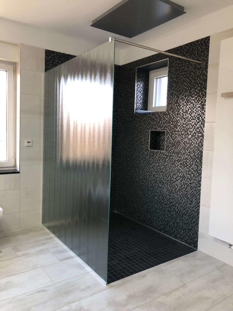 Feststehende Glaswand in Dusche