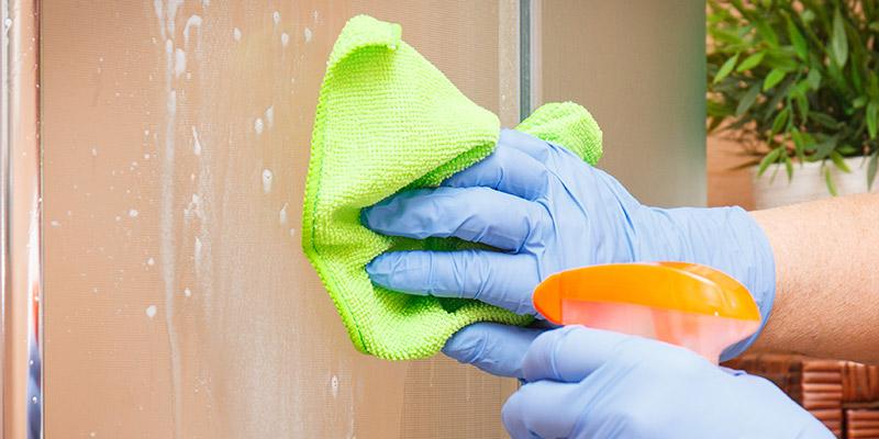 Reinigung einer Glasdusche