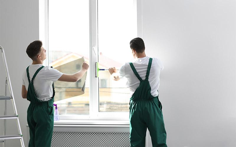 Handwerker kleben Sicherheitsfolie auf